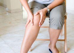 При этом, стремясь облегчить боль, пациенты принимают вынужденную позу, ограничивают двигательную активность, а при